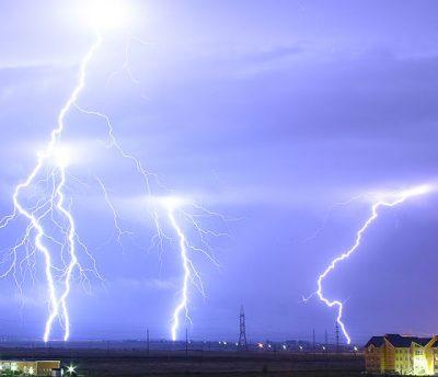 雷がジグザグに落ちている様子の画像