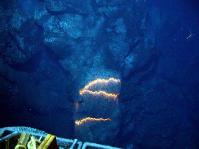海底から噴出するマグマ.