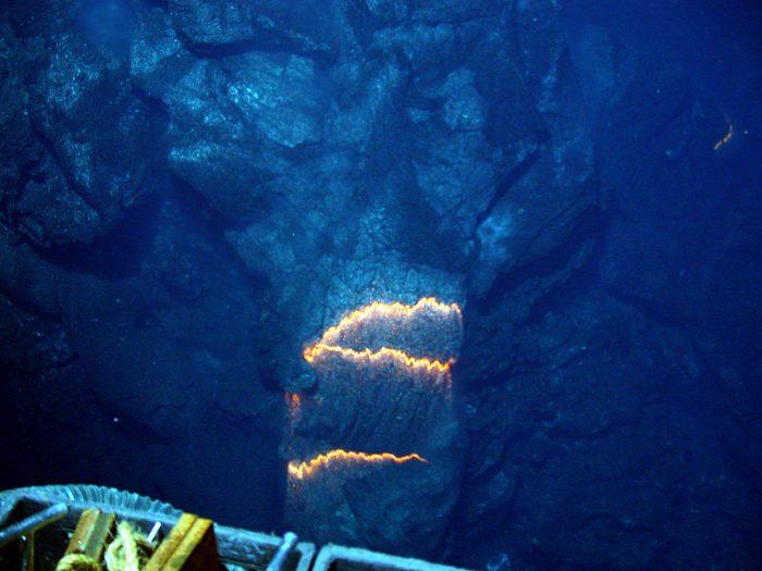 海底から噴出するマグマ